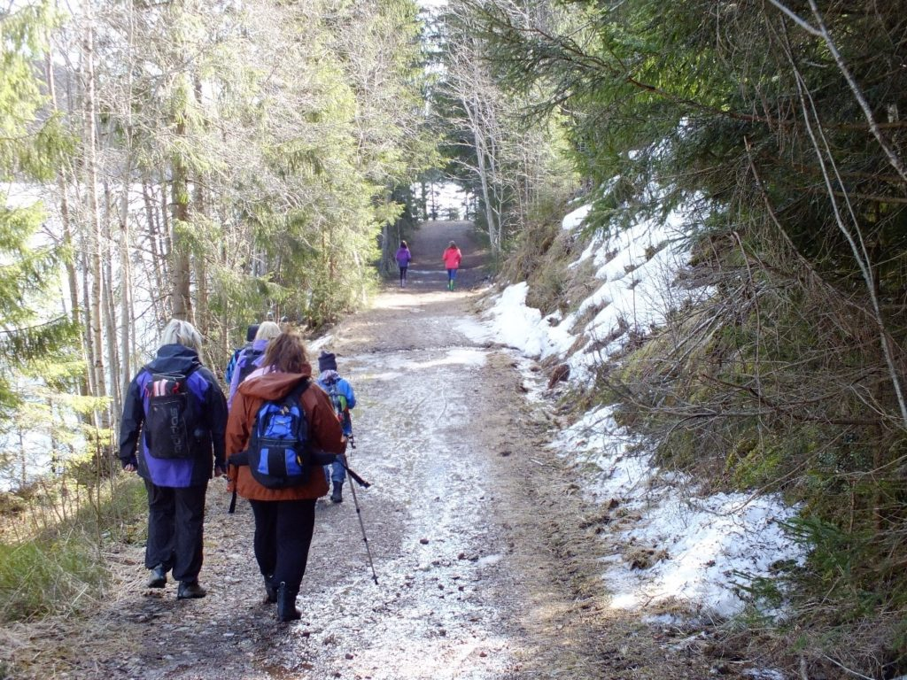 De to eldste gikk flere hundre meter foran resten av gruppa nesten hele veien, veldig ivrige på å finne neste cache først.
