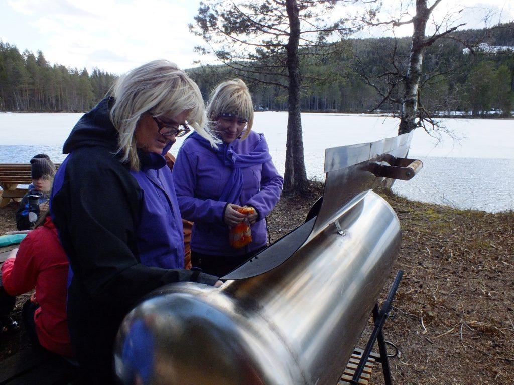 En etterlengtet pause med grilling av pølser, varm kakao og niste. Stedet er gjort i stand av Kongsvinger Lions Club og har grill, bord og nok sitteplasser.